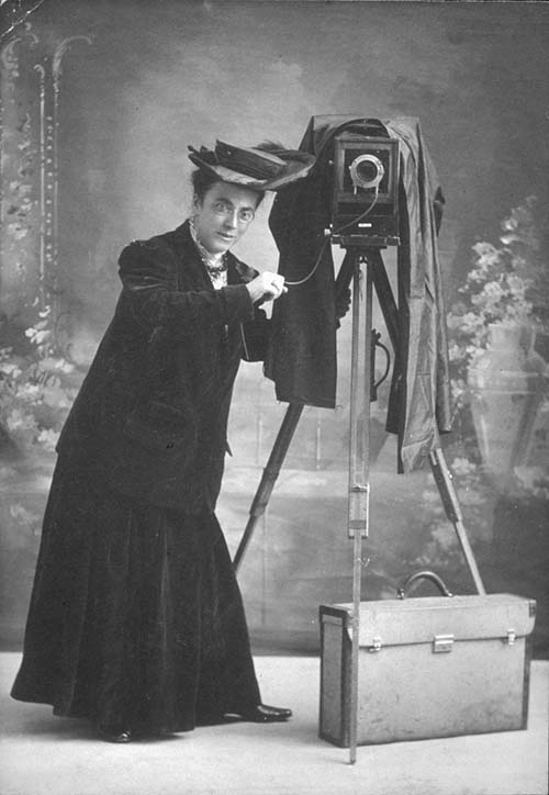 Jessie_Tarbox_Beals_with_camera_Schlesinger_Library2